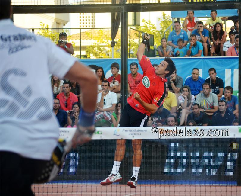 Fernando Belasteguin remata en la semifinal del PPT de Marbella.