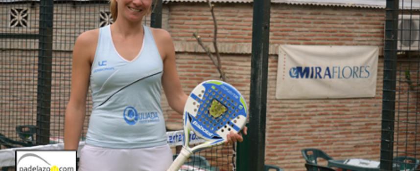 Patri Mowbray iza la bandera del pádel femenino en Miraflores Sport Center